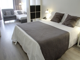 ENJOY OF YOUR STAY IN BARCELONA WITH FREE PARKING. ATENEA CALABRIA APARTAMENTS 3*